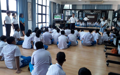 Dr. Pongsak Kerdvongbundit, Chief Executive Officer, with teacher representatives from Dao-De Xinxi Phuket demonstrate and teach Dao-De Xinxi course to Wittayalai School's students in Phuket